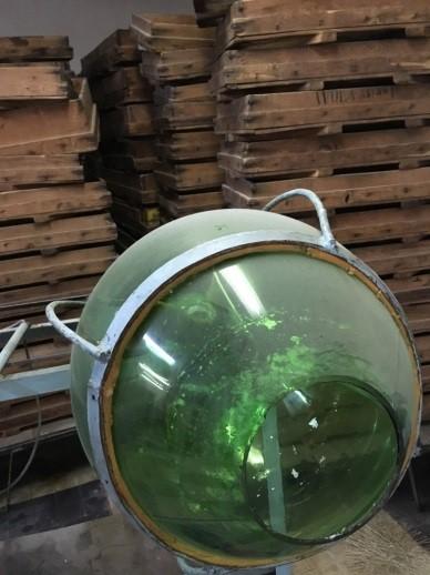 Cylindre en verre vert permettant le perlage argenté.<br>Machine fabriquée par Paul-Jean ADJEMIAN à partir d'une bobonne de vin !